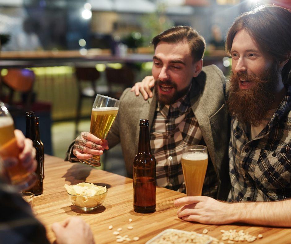 Alkohol hatása a nyelvtudásra? Sörözés a haverokkal a képen.